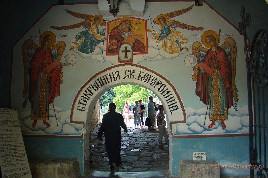 Вход во двор Бачковского монастыря