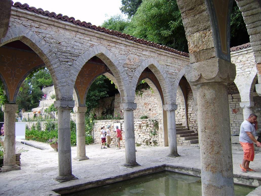 Архитектура и водоёмы в саду Балчика