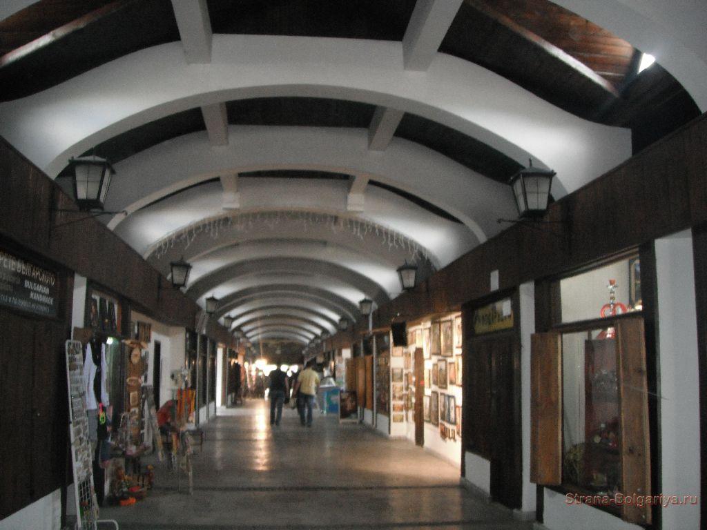 Торговые ряды внутри Ловечского моста
