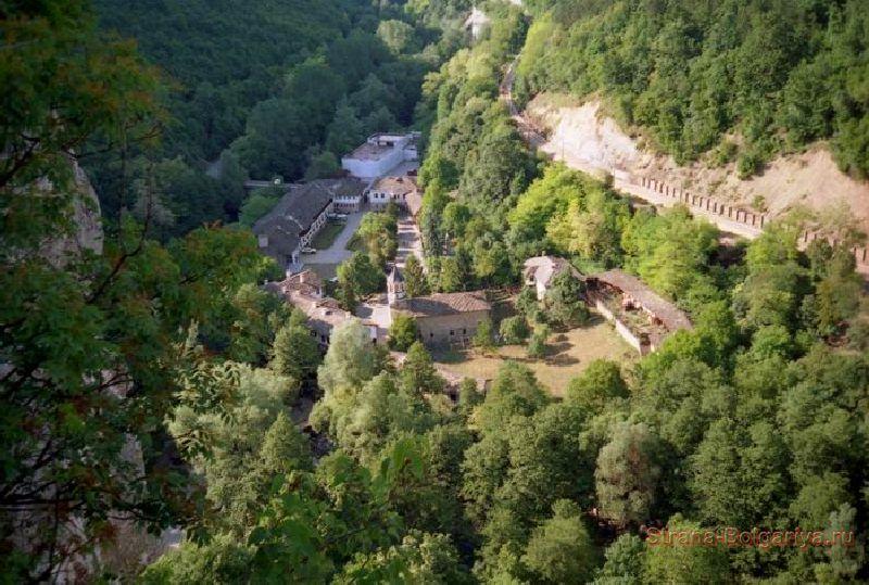 Общий вид ущелья, в котором находится Дряновский монастырь
