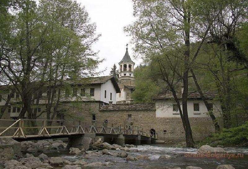 Вид на Дряновский монастырь со стороны реки