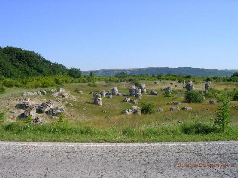 Немного камней видно с трассы