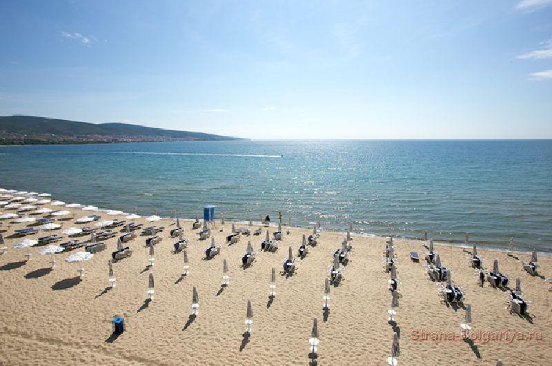 Пляж на Солнечном берегу возле отеля Sea Breeze
