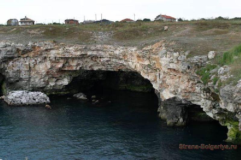 Вид на Тюленево со стороны моря, вход к одной из пещер