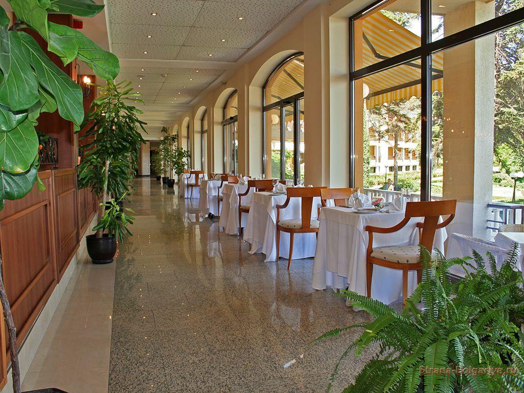Один из ресторанов отеля Riviera Beach
